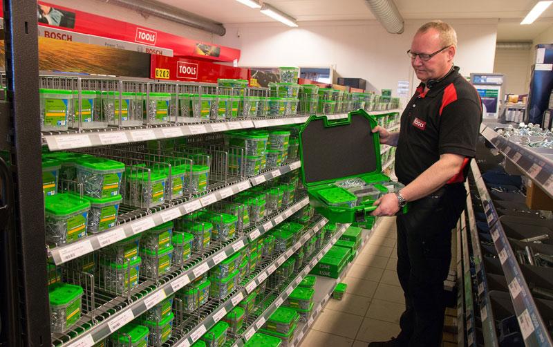 Ole Amund Holter på TOOLS Jessheim viser frem hva du kan putte i Essbox Mini.