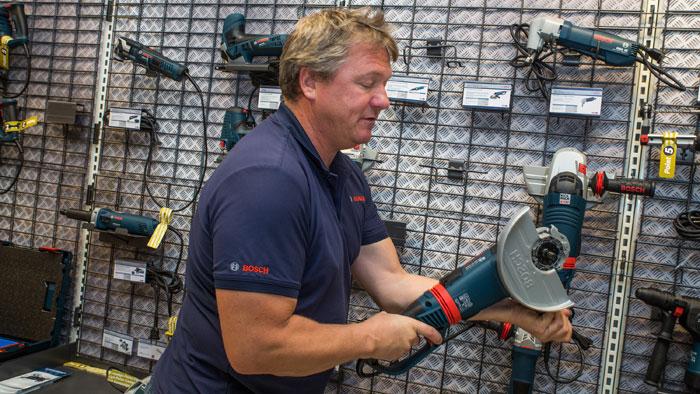 Her viser Gorm Nilsen fra Bosch en vinkelsliper med vribart håndtak, så anvenderen slipper å holde vinkelsliperen i unødvendig anstrengende posisjoner. I tillegg har den Kickback stopp-funksjon.